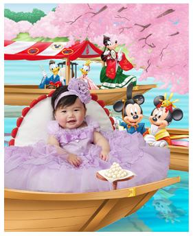 ミッキーの背景で撮影する紫色のドレスを着た赤ちゃん