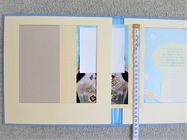 ベビーシャワーブック2枚目以降は横の隙間から簡単に差し込むことができる