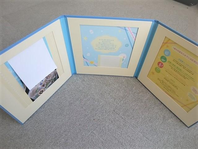ベビーシャワーブックを開くと3枚写真が入る窓枠が付いています